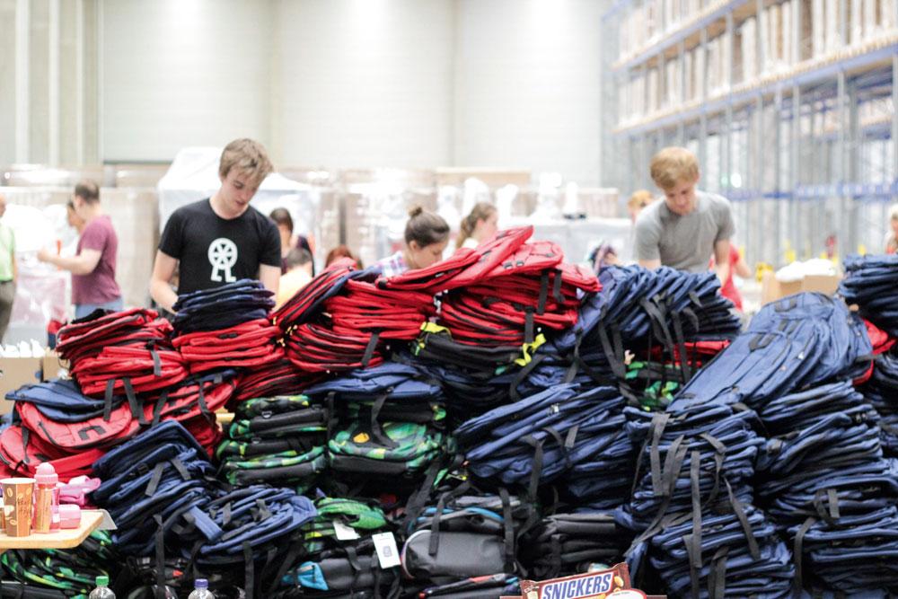 Rekord: Die Helfer befüllen 2200 Rucksäcke