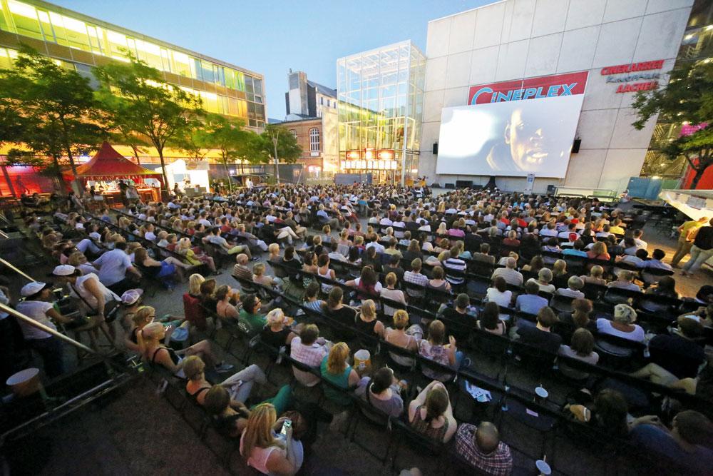 Freiluft-Vorführung vor Leo Stürtz' Cineplex in Aachen. Für sein großes Event im August hat er das Reitstadion gemietet