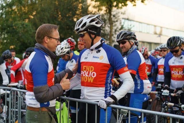 Links: Club-Präsident Marc Hilbert wünscht Sven Schöpker einen guten Start