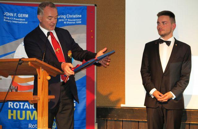 e Charterurkunde des neuen RAC Franken Hybrid überreichte der Jugenddienst-Distriktbeauftragte Michael Fischer an Präsident Andreas Pabst.