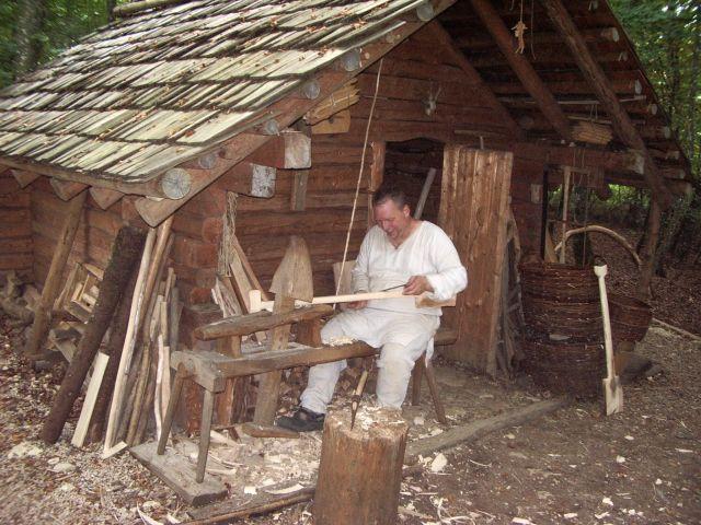 Anfertigung eines Holzspatens im Campus Galli, Copyright: Robert Laschke