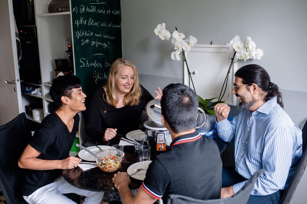 Überraschung aus der Küche: Lisa Gerlach und Babak Tubis (rechts) staunen, was ihre Pflegekinder Asgar und Navid angerichtet haben