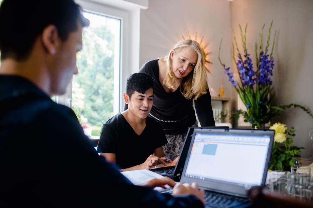 Lernen übers Internet:<br />Lisa Gerlach hilft Asgar (Mitte) und Navid