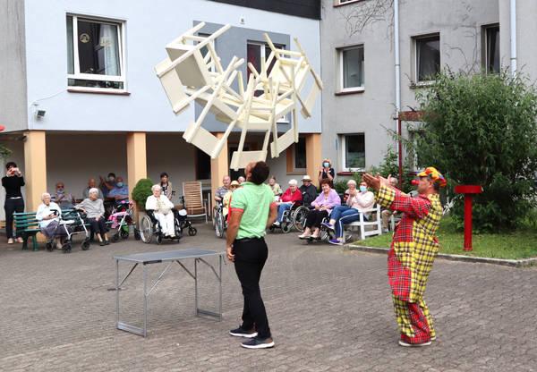 Musik und Zirkus im Seniorenheim